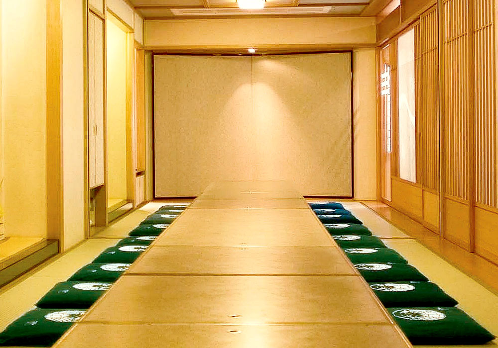 We offer to large hall which can accommodate room and 40 people of big things and small things with full of emotion of Kyoto Honten (Main in Kyoto) introspectiveness - 和