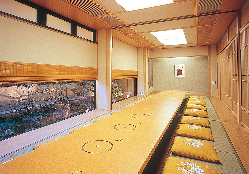 Large hall (dig seat) which can accommodate Toyonaka branch introspectiveness -30 people